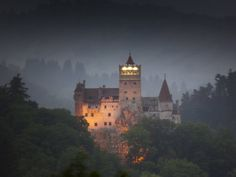 We know it as the Castle of Dracula, but it actually goes by the name of Bran Castle. In the heart of Transylvania in Romania, it is the setting for Bram Stoker's Dracula Places Around The World, The Places Youll Go, Places To Visit, Around The Worlds, Bran Castle Romania, Dracula Quotes, Dracula Untold, Hotel Transylvania, Rocky Mountains