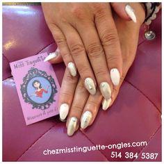 Cette cliente va au dîner en blanc avec ses ongles blancs chromes #dinerenblanc #nails #nails #nailart #whitenails #chromenails #studs @chez_miss_tinguette #villeray