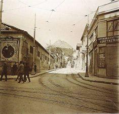 Η οδός Σταδίου ήταν μια από τις μεγαλύτερες οδικές αρτηρίες της παλιάς Αθήνας. Σύμφωνα με το σχέδιο που είχαν εκπονήσει ο αρχιτέκτονας Σταμάτης Κλεάνθης Old Photos, Vintage Photos, Old City, Louvre, Cinema, Street View, History, Retro, Building