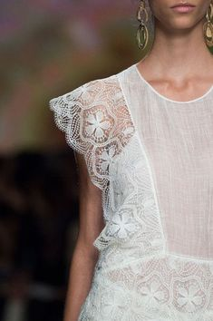 Alberta Ferretti Spring 2016 Runway Pictures Alberta Ferretti at Milan Fashion Week Spring 2016 - Details Runway Photos Alberta Ferretti, Ootd Fashion, Runway Fashion, Lace Dress, Dress Up, Dress Sleeves, White Dress, Mode Ootd, Spring Summer Fashion