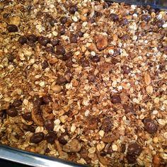 Zelf cruesli - granola maken. Het huis gaat er heerlijk van ruiken.