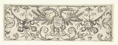 Theodor Bang | Twee-koppige adelaar met schild, Theodor Bang, c. 1600 - c. 1617 | Rand met Schweifwerk, zowel links als rechts hangt een draperie met een trofee van fruit en wortelgewassen. In het schild staat: Theodor Bang fec Baltaser Caimox excud. Titelblad uit serie van 12 bladen met ontwerpen voor edelsmeden.