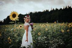 Natural bride. #wedding #weddingphotgraphy #bride #portrait #flowers #häävalokuvaus #morsian #auringonkukkapelto Veil, Brides, White Dress, Wedding Dresses, Beautiful, Fashion, Bride Dresses, Moda, Bridal Gowns