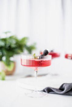 Blackberry Elderflower Fizz Cocktail - recipe in link. Easy Spring cocktail made with muddled blackberries mint St. Germain elderflower liqueur vodka and sparkling water Spring Cocktails, Classic Cocktails, Fun Cocktails, Cocktail Drinks, Cocktail Ideas, Fruit Drinks, Bar Drinks, Beverages, Personalized Cocktail Napkins