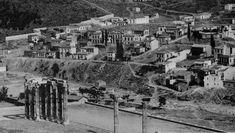 Ο Ιλισός, με μορφολογία που παραπέμπει σε χείμαρρο παρά σε ποτάμι, σε πρώτο πλάνο το Ολυμπιείο και στην απέναντι όχθη η οδός Αρδηττού και η συνοικία του Μετς λίγο μετά το 1900
