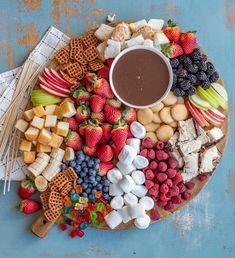 Easy Chocolate Fondue Recipe, Easy Chocolate Desserts, Homemade Chocolate, Chocolate Chocolate, Chocolate Fondue Bar, Chocolate Party, Dips Für Fondue, Fondue Party, Cheese Fondue Dippers