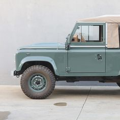 The motoring masterminds at Cool & Vintage have rolled out of their workshop in Portugal, their latest masterpiece, a restored 2008 Land Rover Defender 90 in the perfect shade of Keswick Green. If we were to describe perfection, we´d probably use Defender 90, Land Rover Defender, Cool Vintage, Vintage Surf, Vintage Sports Cars, Car Goals, Lifted Ford Trucks, Jeep Wrangler Unlimited, Modified Cars