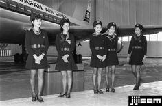 1970年から77年に着用された日本航空スチュワーデスのユニホーム。ミニスカートが話題を呼んだ(東京・羽田空港)