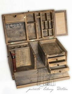 Looks like an old military campaign desk Antique Furniture, Diy Furniture, Objet Harry Potter, Campaign Furniture, Campaign Desk, Wood Tools, Wood Design, Larp, Wooden Boxes