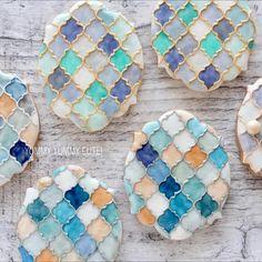 "YUMMY YUMMY CUTE!  Kanako Kato on Instagram: ""異国な金彩と銀彩のモロッカン柄 涼しげで可愛いモロッカン柄は案外簡単なピターン柄♡  いろいろな青でつくりました  涼しげでお気に入りです(o^^o)♡…"" Elegant Cookies, Fancy Cookies, Cute Cookies, Easter Cookies, Holiday Cookies, Paint Cookies, Fondant Cookies, Royal Icing Cookies, Cupcake Cookies"