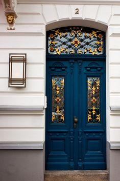 Пример штукатурного дома синего цвета в ампир стиле