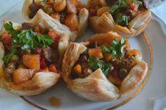 Milföy çanağında orman kebabı çok lezzetli ve şık bir yemektir. Davet yemeği olarak da sunabileceğiniz son derece pratik ve özel bir tariftir.