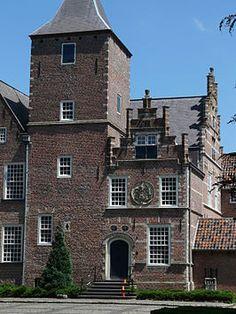 De Blauwe Camer. dit oude slot is een van de vijf sloten in Oosterhout.  Het kasteel is gebouwd ongeveer rond 1400 door Claes de Voocht Peters Schaertszoon. nu wordt het gebruikt door het kloostergemeenschap Sint-Catharinadal.