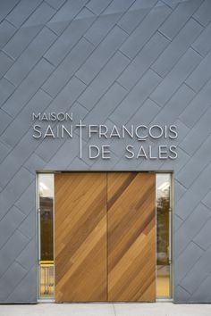 Image 20 of 52 from gallery of Ensemble Pastoral Catholique / Atelier d'Architecture Brenac-Gonzalez. Photograph by Sergio Grazia Design Exterior, Facade Design, Interior And Exterior, Retail Facade, Shop Facade, Detail Architecture, Interior Architecture, Design Comercial, 3d Home