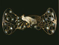 """René Lalique: """"Pectoral pavo real"""". Oro, esmalte, ópalos y diamantes. 9,2x 19cm. Museo Calouste Gulbenkian (Lisboa)."""