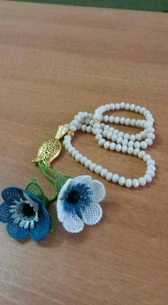 This post was discovered by Kübra Kndi. Discover (and save!) your own Posts on Unirazi. Seed Bead Flowers, Beaded Flowers, Crochet Flowers, Needle Lace, Bobbin Lace, Bead Crochet, Crochet Necklace, Lace Art, Rainbow Crochet