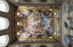 Este impresionante fresco de Luca Giordano se extiende sobre la bóveda de la Escalera Principal del Monasterio de El Escorial