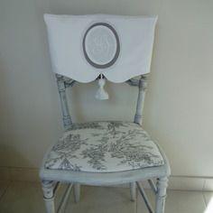 Housse de dossier de chaise en linge ancien, monogramme en médaillon et pompon