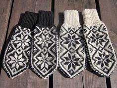 Sommersesongen er i gang, og det trengs påfyll av Selbuvotter på Uvdalsstugu. Denne gangen valgte jeg å strikke samme mønster, ... Knit Mittens, Mitten Gloves, Norwegian Knitting, Fair Isle Knitting Patterns, Ear Warmers, Handicraft, Diy And Crafts, Knit Crochet, Sewing
