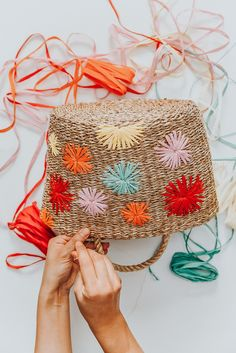 DIY Bast bestickte Stroh Tasche,(post_tags The Effective Pictures We Offer You About DIY Gifts for mum A quality picture can … Diy Laine, Baby Hut, Crochet Patron, Embroidery Bags, Craft Bags, Basket Bag, Sewing For Beginners, Basket Weaving, Straw Weaving