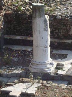 Area archeologica di Luni . Colonna della basilica civile.