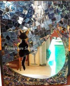 GATO EN LA LUNA Mosaiquismo. Vidrios pintados, espejo y azulejo sobre MDF. 28cm x 35 cm. Realización Arte.Pat Patricia Laura Sobrado.