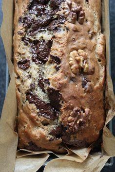 Banana-walnut-chocolate bread (Dutch+English)  Bereidingstijd: 55 minuten, waarvan ±40 in de oven. 50 ml (plantaardige) melk 6 el kokosolie (of boter/olijf olie) 2 tl vanille extract 4 grote of 5 medium bananen 250 gram bloem (welke soort jij in huis hebt, ik gebruik graag 1/2 spelt en 1/2 regulier) 4 el kokosbloesem suiker (of honing, agave siroop) 1 tl bakpoeder 1 tl baksoda Snuf zeezout 100 gram walnoten 100 gram pure chocolade Overig: bakblik van ± 26 cm.