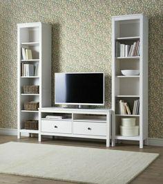sol en parquet, mur coloré. meuble télé en bois, cube de rangement en bois blanc