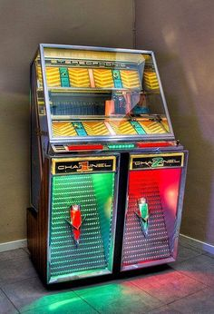 Seeburg Model 222 for game room in future house Vintage Music, Retro Vintage, Vintage Stuff, Jukebox, Antique Record Player, Lps, Rock And Roll, Radio Antigua, Music Machine