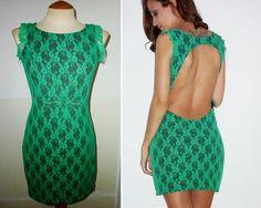 Vestido em renda verde e fundo preto, costas abertas e pormenores românticos.  Vendido.