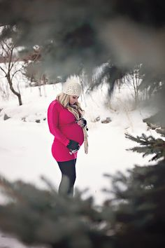 Winter maternity photos by Courtney Pennington Photography