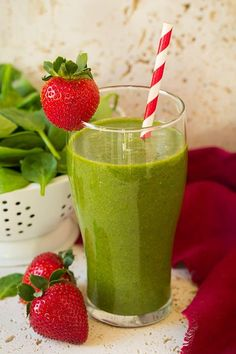 The easiest strawberry spinach green smoothie! Made with flavorful strawberries, bright mandarin oranges, nutritious baby spinach and sweet bananas. It's a smoothie recipe you'll have on repeat! Best Spinach Smoothie Recipe, Easy Healthy Smoothie Recipes, Breakfast Smoothie Recipes, Healthy Green Smoothies, Good Smoothies, Fruit Smoothies, Healthy Drinks, Protein Recipes, Fitness Smoothies