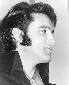 Crazy hot Elvis ....! King Elvis Presley, Elvis Presley Photos, Lucky Luke, Robert Redford, George Clooney, Clint Eastwood, Graceland, Costume, Musica