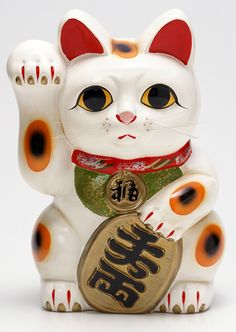 Maneki-neko (Beckoning cat) is often seen at Japanese restaurants and stores. It's a lucky cat which brings customers or money depends on which hand it raising. It is said that right handed . Maneki Neko, Neko Cat, Japanese Cat, Cute Japanese, Japanese Culture, Japanese Toys, Chat Web, Lucky Cat Tattoo, Gato Crochet