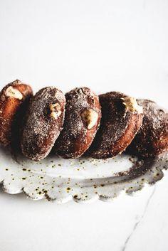 Idées DIY Fêtes : Tiramisu Donuts with White Chocolate Filling White Chocolate Desserts, Chocolate Tiramisu, Chocolate Filling, Chocolate Donuts, Slow Cooker Desserts, Desserts Français, Dessert Recipes, Plated Desserts, Donut Recipes