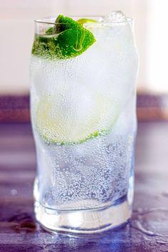 Cocktail invisibile ricetta originale con rum bianco, gin, vodka e triple sec.