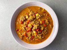 Jepp, det går att göra soppa med köttfärs eller som i detta fall med vegofärs. En riktig favorit hos barnen Cheeseburgers, Lunch, Ethnic Recipes, Food, Red Peppers, Eat Lunch, Essen, Meals, Lunches