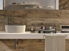 baño moderno con pared que imita madera