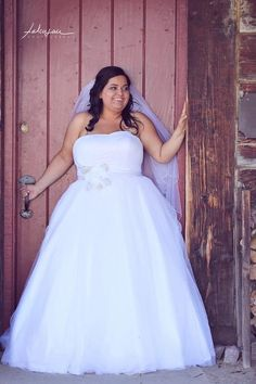 Falcusan Photography!! Awesome pictures! Plus size bride!