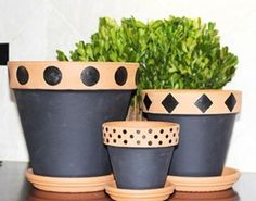Terracotta Flower Pots, Clay Flower Pots, Flower Pot Crafts, Clay Pot Crafts, Clay Pots, Painted Plant Pots, Painted Flower Pots, Pots D'argile, Decorated Flower Pots