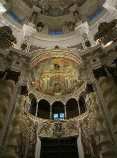 Sevilla. Iglesia de San Luís de los Franceses. Templo del barroquismo en su máxima expresión. La contemplación de sus grandes columnas salomónicas nos conducirán a la visión de su espectacular cúpula.