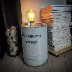 """Stile """"industrial"""" per questa lampada realizzata con una bidone di latta usato, lampada vintage E27 sferica con resistenza a vista e cavo in tessuto colorato. Adatta anche per l'esterno, utile per illuminare in maniera stilosa angoli del giardino o del terrazzo."""