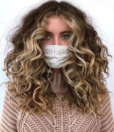 Refresh Your Curls With This Winter With Pintura Highlights Curly Hair Types, Colored Curly Hair, Haircuts For Curly Hair, Style Curly Hair, Wavy Hair, Natural Curly Hairstyles, Blonde Curly Hair Natural, Long Natural Curls, Layered Curly Hair