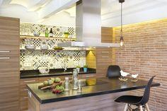Функционально кухня построена вокруг кухонного острова, который служит столом, барной стойкой, на нем же расположилась варочная поверхность. .