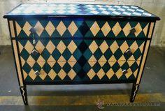 Rara cómoda art nouveau pintada y decorada con rombos en color negro, beige y azul, 950 €