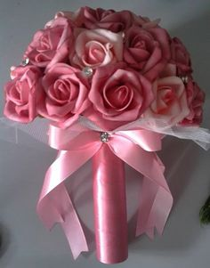 Lindo Bouquet produzido com rosas super delicadas de e.v.a. em tom de rosa pink, pétalas fininhas como uma pétala de rosa natural, aparência e textura super próximas às rosas naturais!    Detalhes do Bouquet:  O buquê possui 25cm largura e 30cm altura.  * Strass  * Folhagens na base do buquê  * T...