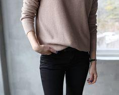einfacher Pullover und schwarze jeans