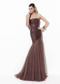 Vestido largo marrón.