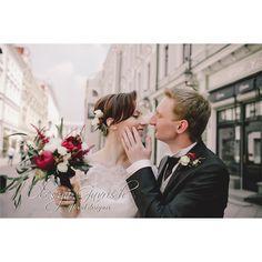 Очень нежная и романтическая история Оли и Артёма, будто бы сошедшая с пожелтевших страниц пыльных книг, перенесла нас в эпоху эстетики изящных искусств, когда господа носили монокли, а прекрасные дамы пользовались шляпными коробками. #olesyagavrishflowers #weddinginspiration #floralcrown #эксклюзивнаяфлористика #bridalbouquet  #weddingideas #wed #weddingflowers #свадебныйфлорист