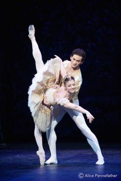 Alejandro Virelles and Alina Cojocaru in The Nutcracker
